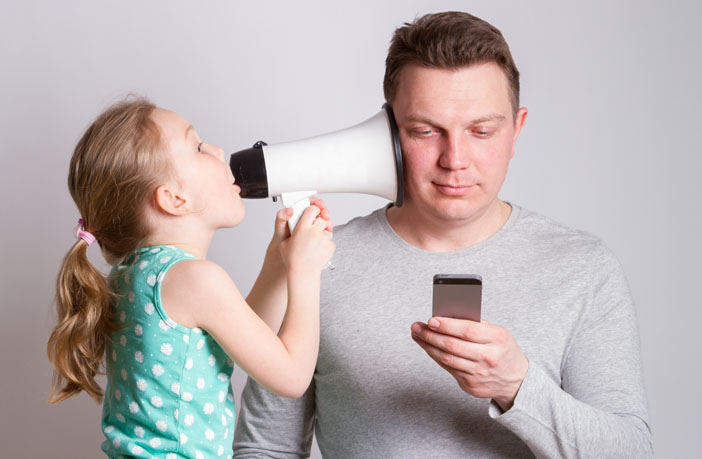 father-daughter-smartphone